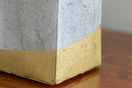 Stiftebecher aus Beton, Bastelbeton, Gold, Sprühfarbe, Detail, Close up